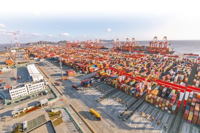 明年大陸經濟成長預估可達到8%。圖為上海洋山港貨櫃碼頭。(新華社)