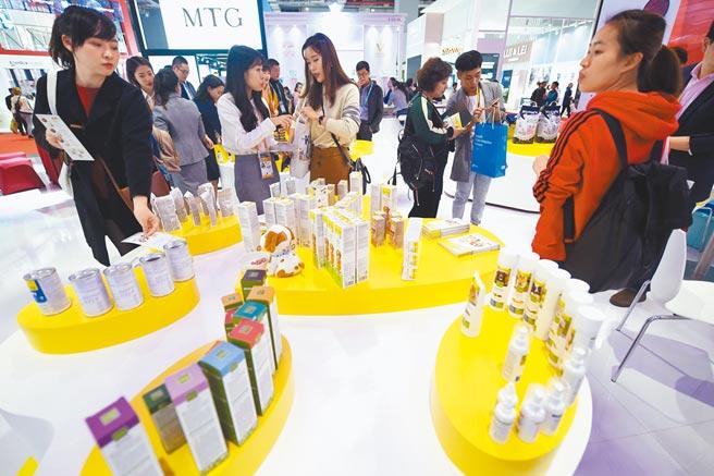 今年大陸經濟成長基期較低,明年相對看好。圖為上海進口博覽會,民眾在展區參觀。 (新華社)