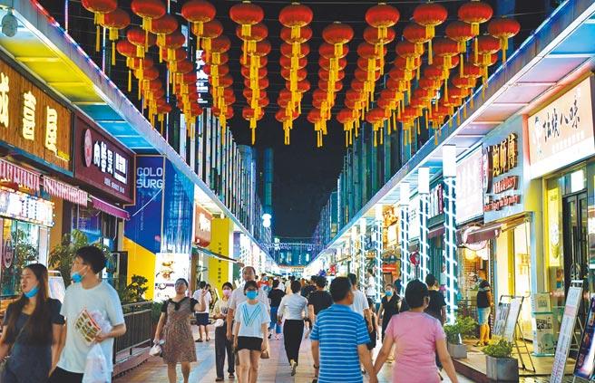 6月20日晚,福建福州市一夜色經濟街,吸引市民消費購物。(中新社)