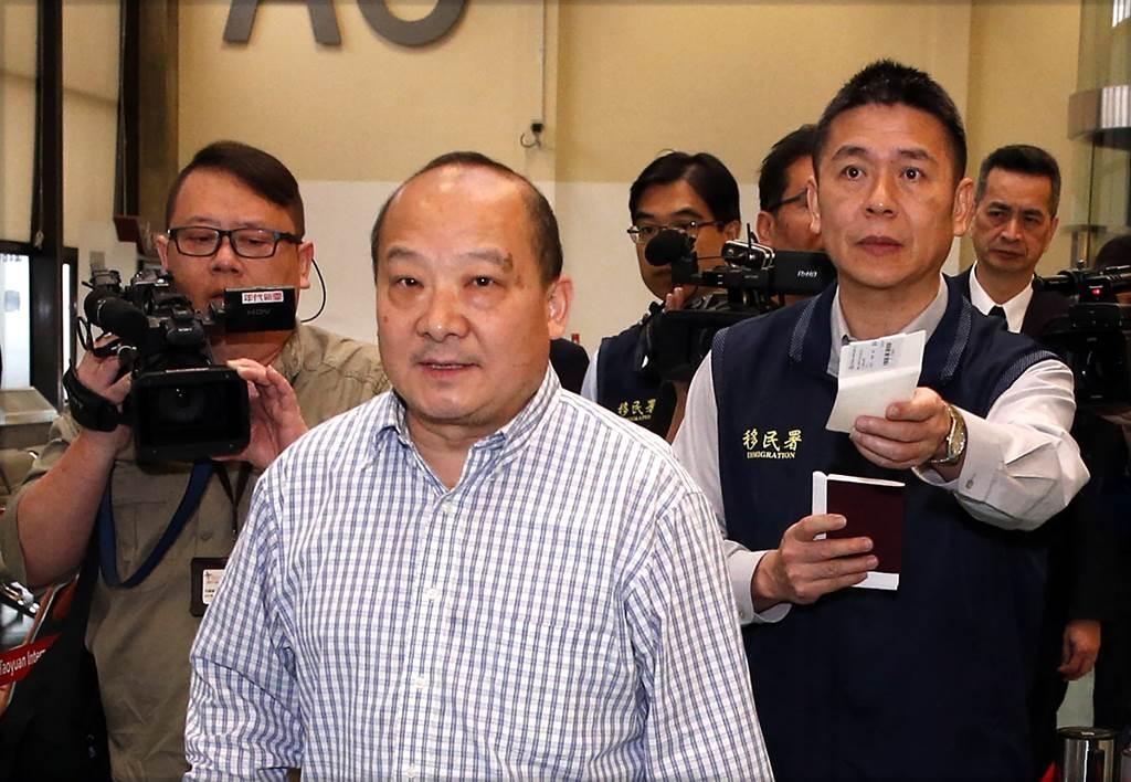 2019年李毅曾在大陸網上受到關注,主要是4月份他抵台訪問時被陸委會以違反入境規定驅逐出境。圖為李毅在機場被台灣官員帶離出境。(圖/范揚光攝)