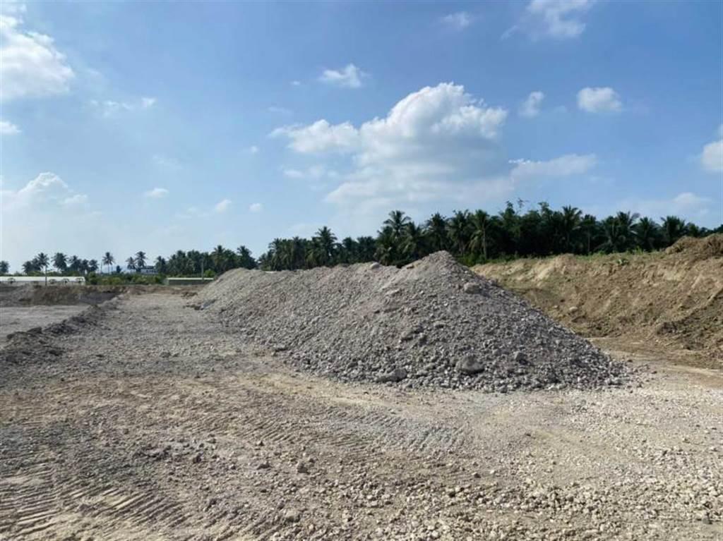旗山大林里農地2013年遭非法埋填中聯產製的爐碴和不明廢棄物,造成當地農地及水質汙染。(圖/環保局提供)