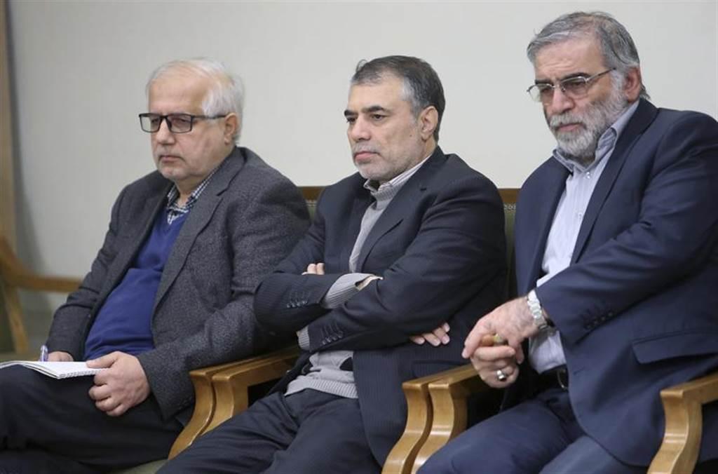 在伊朗素有「核子計畫之父」、西方國家眼中主導伊朗核武的科學家法克里薩德(右)27日意外傳出遭刺,德黑蘭當局認為恐是以色列所為。(美聯社)