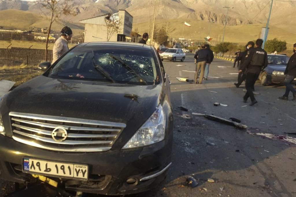 在伊朗素有「核子計畫之父」、西方國家眼中主導伊朗核武的科學家法克里薩德27日意外傳出遭刺,德黑蘭當局認為恐是以色列所為。圖為法克里薩德遭刺現場。(美聯社)