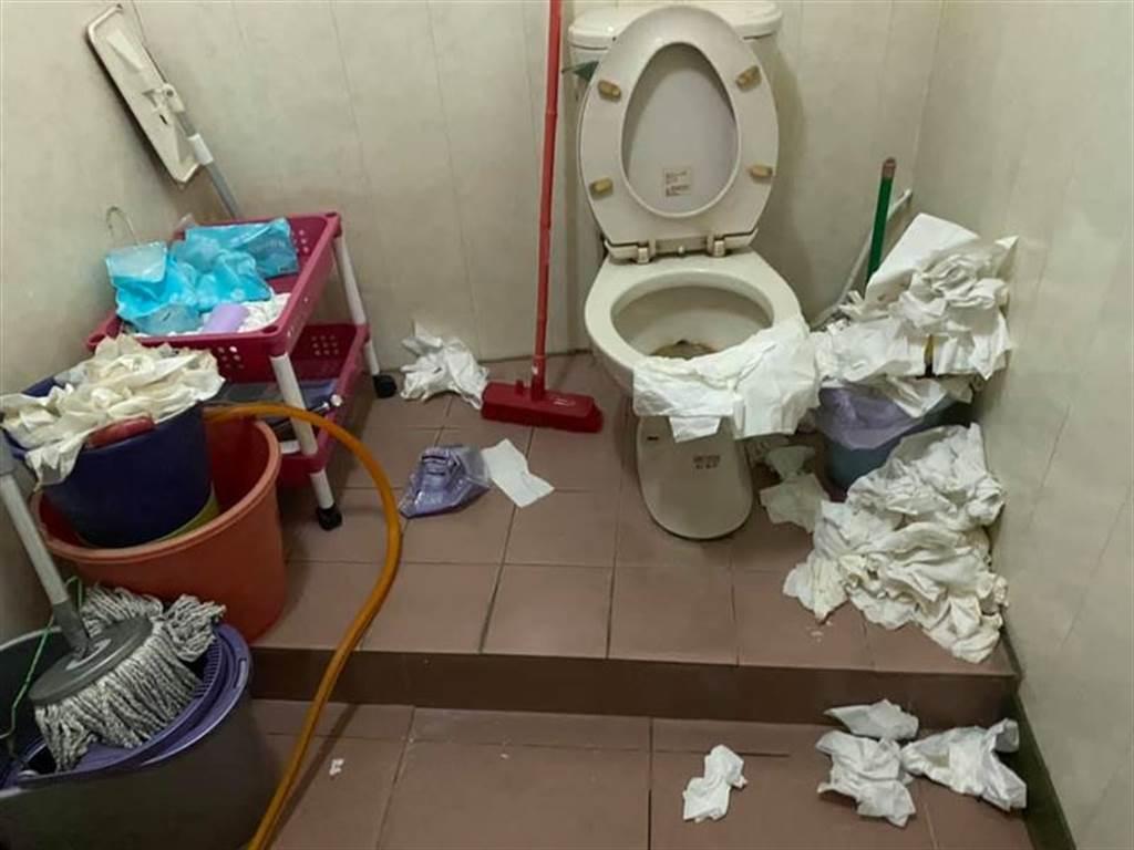 玉米筍姐當年稱男友下體比玉米筍細短,如今驚人廁所照曝光,衛生習慣超差。(圖/翻攝自臉書「爆怨2公社」)