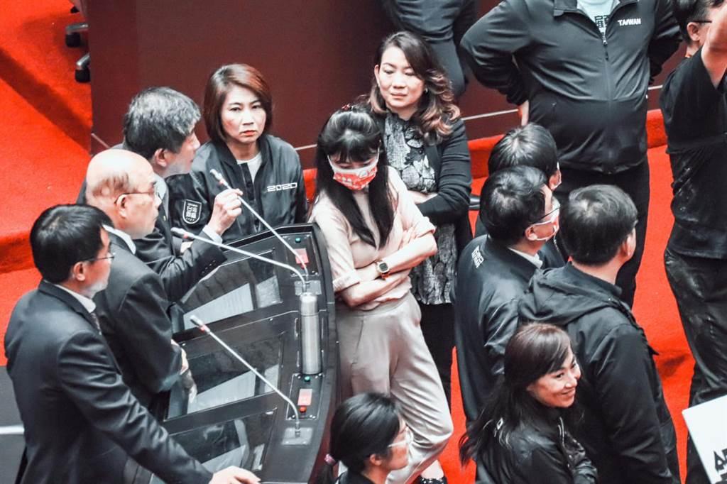 民進黨立委高嘉瑜貼出27日立法院朝野大戰現場照片,表示「為什麼大家都知道要穿黑色」。(圖/取自高嘉瑜臉書)