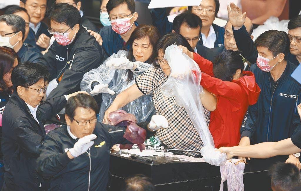 民進黨立委王美惠(中)在立院大戰中滿身豬內臟,劉寶傑驚呼:是我的話就吐了!(圖/中時資料照)