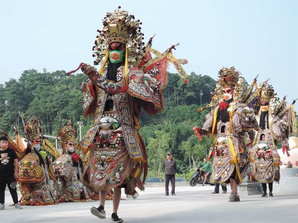 嘉義縣中埔鄉歡喜財神廟打造了全台第一支彩色口罩的神將團,28日正式亮相時。(張毓翎攝)