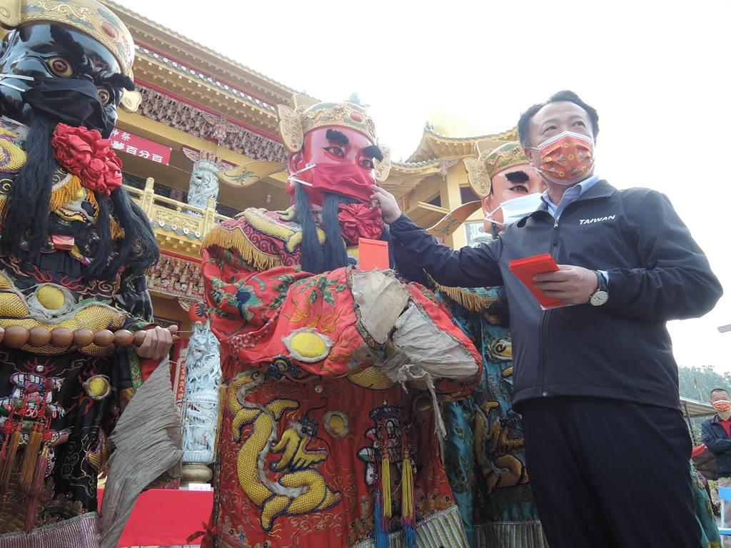 獲聘為神將團榮譽團長的縣長翁章梁形容神將戴口罩宣導防疫,非常有創意。(張毓翎攝)