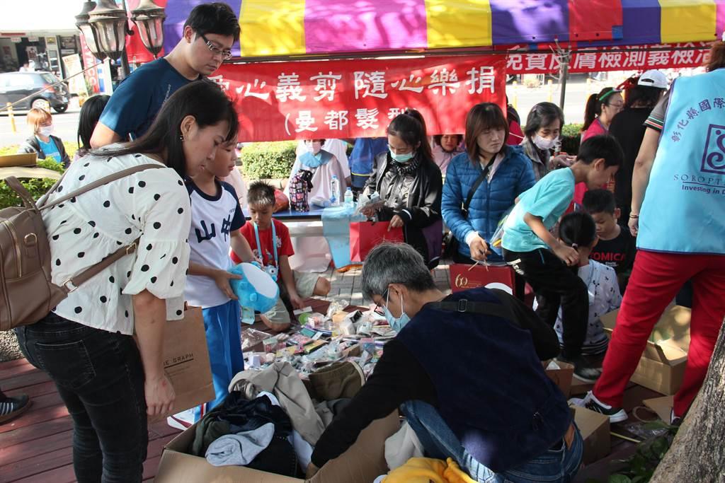 愛心義賣跳蚤市場從1個人到1群人 ,17年不間斷今年募得30多萬元。(吳敏菁攝)