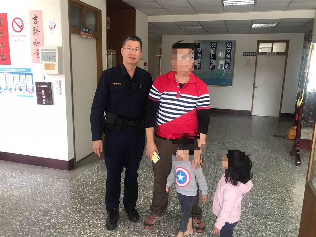 三灣分駐所員警協助徐姓男子尋回3歲子。(頭份警分局提供/謝明俊苗栗傳真)