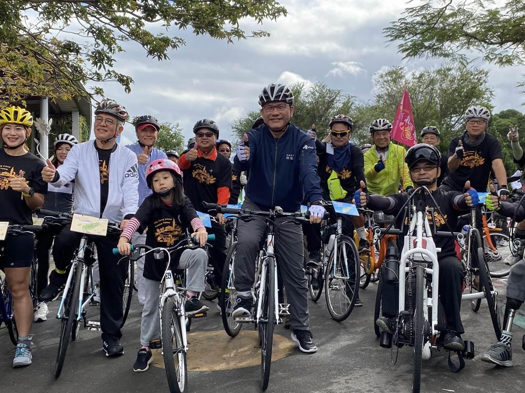 交通部長林佳龍(中)表示,交通部規劃4年投入32億,優化全台自行車路網。(陳祐誠攝)