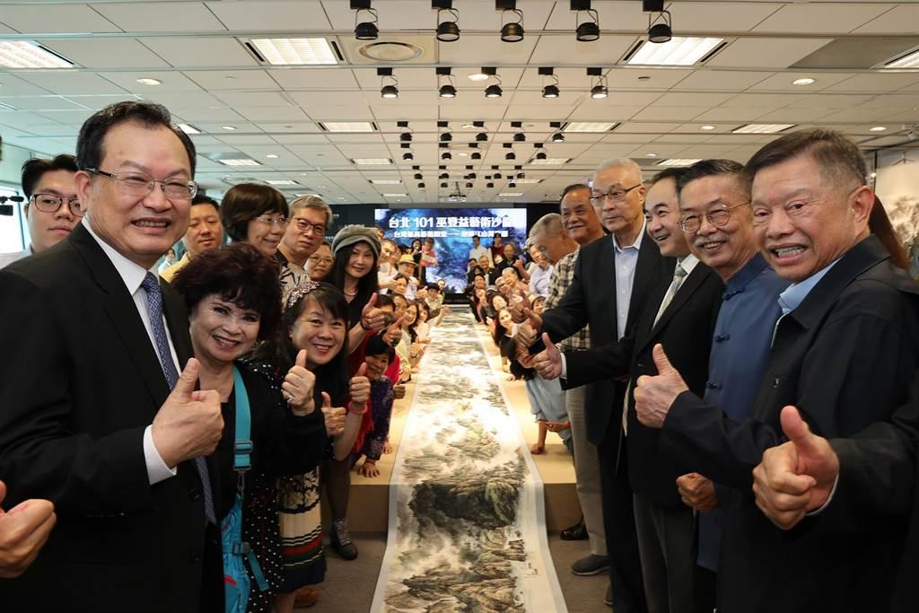 巫登益(右2)與美術館首任館長蔡俊章(左1)及與會者共賞巨幅長卷《江山萬里圖》。(巫登益美術館提供)
