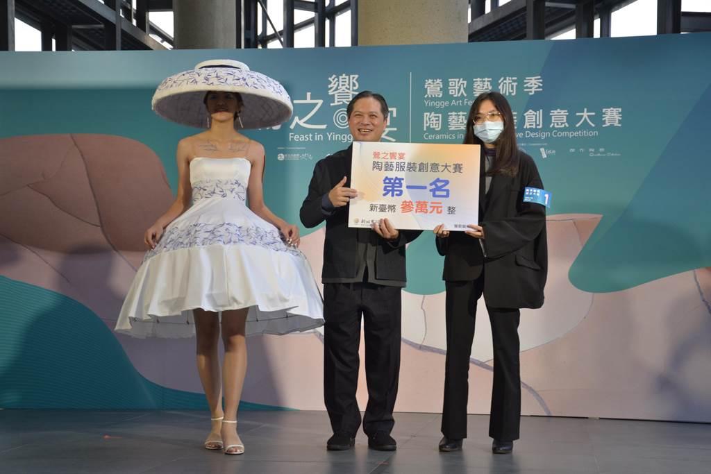 陳怡君的「知否」服裝以青花瓷杯子為主體,榮獲陶藝服裝創意大賽第一名。(記者蔡雯如攝)