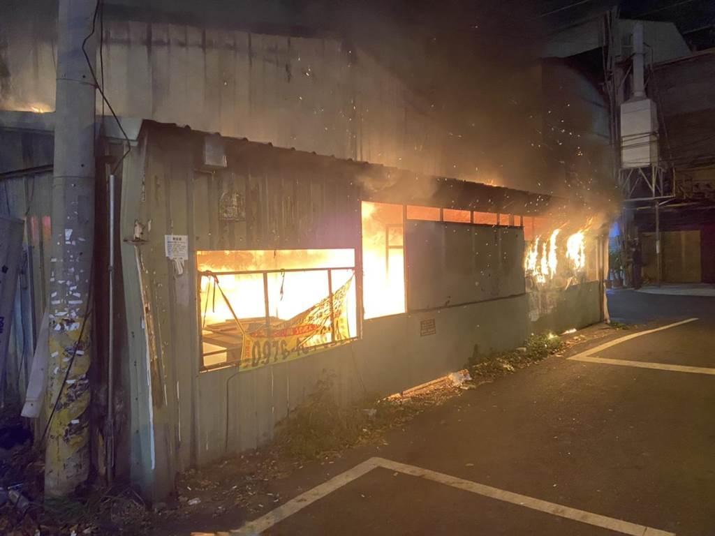 彰化市金馬路1間鐵皮屋加蓋的二手廚具賣場,晚間19時45分發生火警。(民眾提供/吳敏菁彰化傳真)