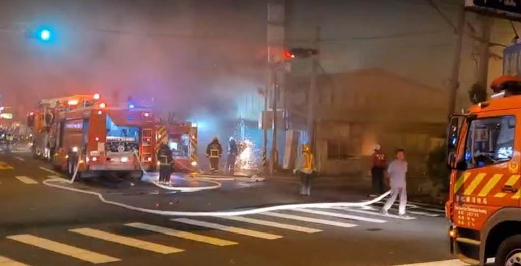 彰化市金馬路1間鐵皮屋加蓋的二手廚具賣場,晚間19時45分發生火警,消防人員動用破壞器材搶進滅火。(彰化踢爆網提供/吳敏菁彰化傳真)