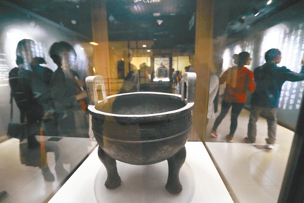 故宮降格改隸文化部,再次挑動「去中國化」敏感神經。圖為遊客參觀故宮鎮館之寶「毛公鼎」。(本報資料照片)