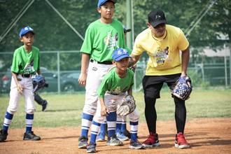 棒球》林子偉回母校忠孝捐球具 小朋友瘋搶簽名