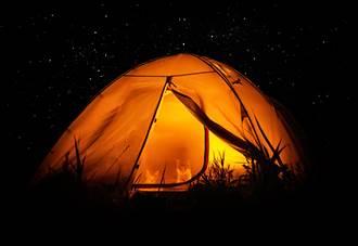 露營到半夜被重物壓腳 嚇死人!睜眼見萌獸陪睡