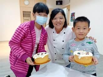 云林家扶青年回娘家 与孩童分享感恩蛋糕