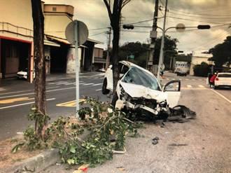 轎車疑酒駕失控 頭份市台1線闖紅燈照相桿被撞斷