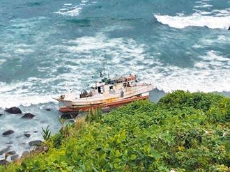 風浪大 蘇澳漁船卡岸際4人獲救
