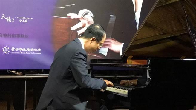 鋼琴演奏家陳瑞斌在記者會上現場表演名曲。(特約記者劉洸羽、王璟攝)