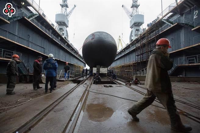 陸國防學者籲,認清新一輪「歐亞波」顏色革命外溢的向心攻勢。圖為2019年12月26日聖彼得堡,俄羅斯太平洋艦隊第二艘636.3型潛艇下水。(新華社)