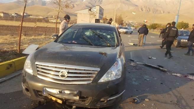 伊朗核武之父法克里薩德(Mohsen Fakhrizadeh)11月27日在德黑蘭郊區遇刺身亡,圖為攻擊現場。(路透)
