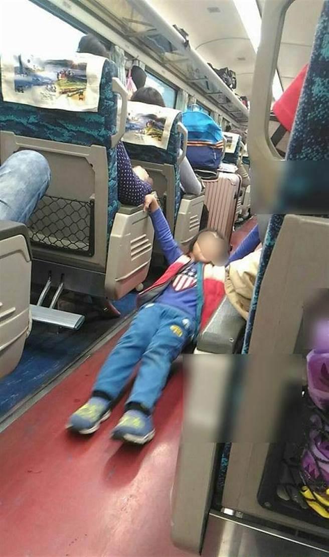 在火車上遇到男童失控做體操、狂搖椅背,他忍不住開罵,男童才停止行為。(圖/翻攝自臉書 爆怨2公社)