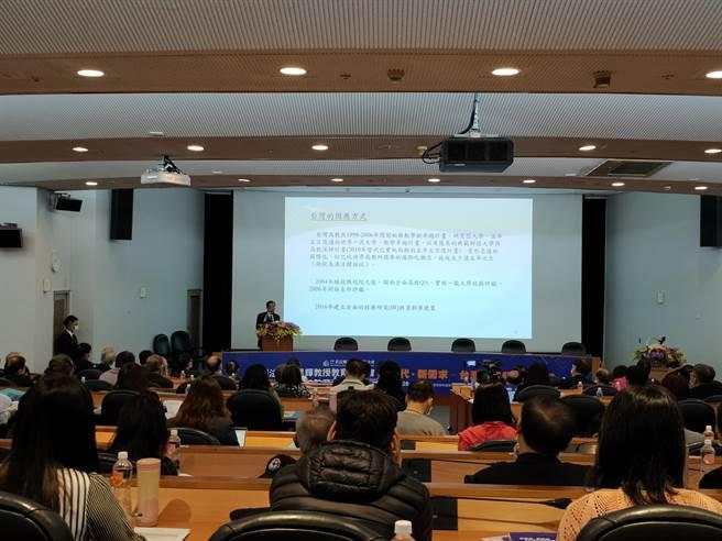 黃昆輝教授教育基金會今(28)日舉行研討會,考試院院長黃榮村受邀發表專題演講。(李侑珊攝)