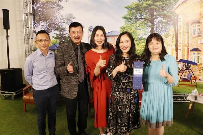圖說:知名藝人余天(左二)、李亞萍的二女兒余苑綺(左三),近日二度挺過治療,溫馨分享抗癌心路歷程。(大漢酵素提供)