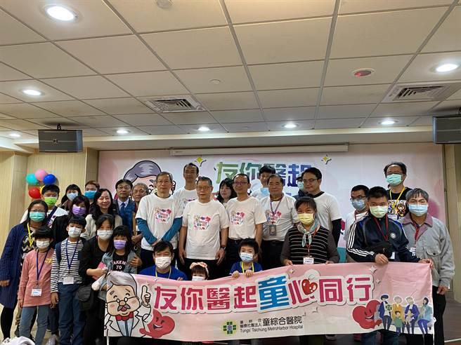 童醫院醫護團隊與病友與家屬大合照。(童醫院提供)