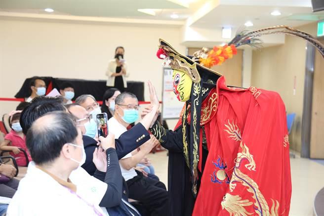 川劇特表演變臉並與民眾及院方人員互動。(童醫院提供)