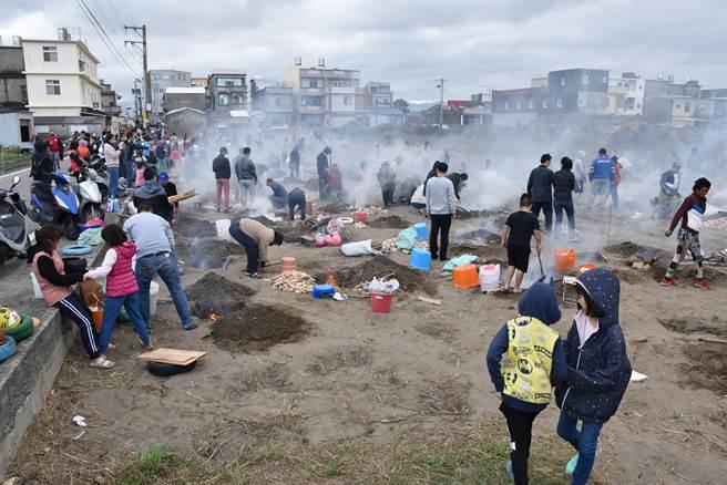 後龍鎮水尾社區28日上午舉辦焢窯活動,社區老少一起前來回憶童趣。(謝明俊攝)