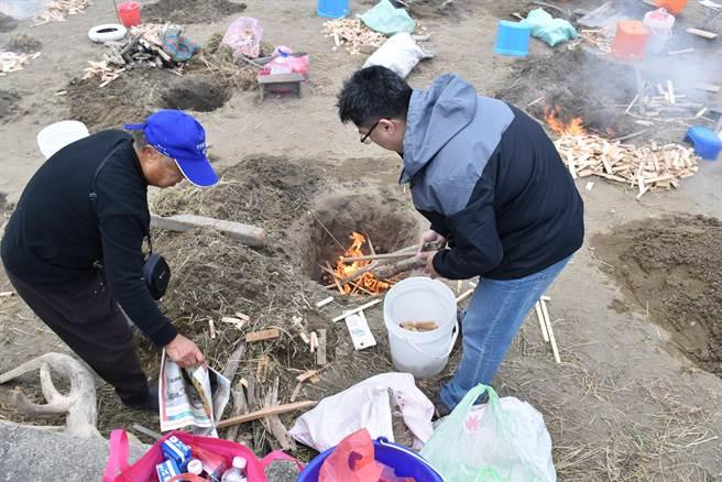 水尾社區農田都屬砂質,所以焢窯都直接挖坑生火。(謝明俊攝)