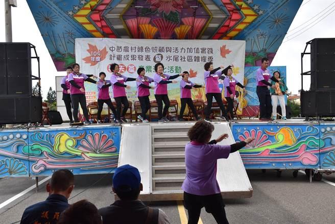 後龍鎮水尾社區28日上午舉辦焢窯活動,水尾社區表演歌舞。(謝明俊攝)