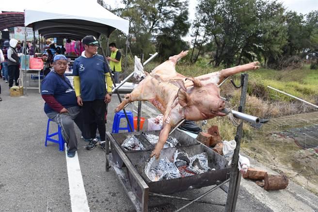 後龍鎮水尾社區28日上午舉辦焢窯活動,現場有烤豬大餐。(謝明俊攝)