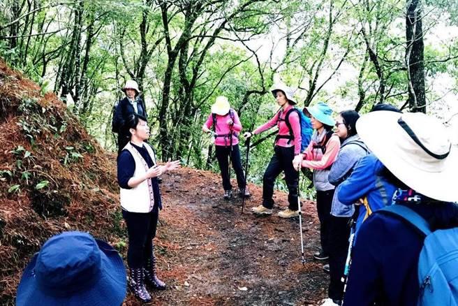 導覽解說員向遊客介紹霞喀羅的人文歷史和自然風景,頗受遊客好評。(圈谷資訊公司提供/莊旻靜新竹傳真)