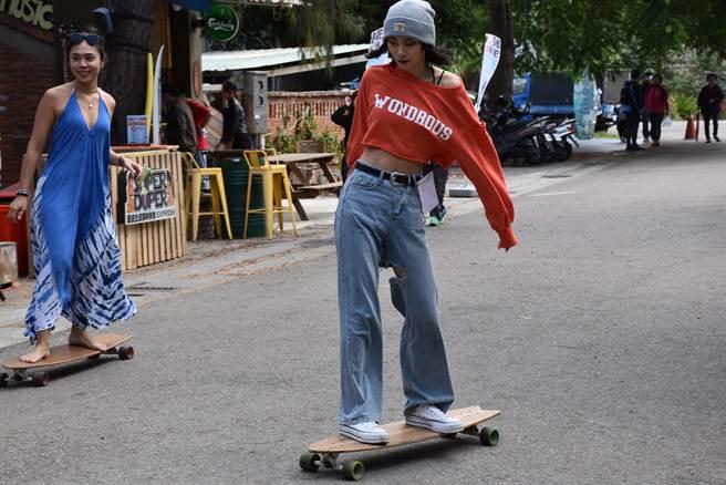 衝浪滑板也適合女生玩耍。(謝明俊攝)