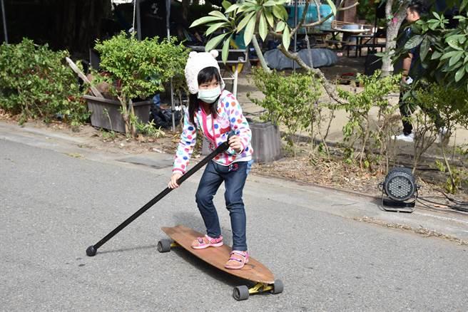 衝浪滑板也適合小朋友玩耍。(謝明俊攝)