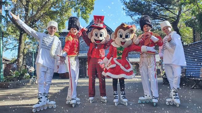 每日下午2點的「歡樂耶誕大遊行」,胡桃鉗騎兵隊在白雪紛飛下帥氣滑冰登場。(六福村提供/莊旻靜新竹傳真)