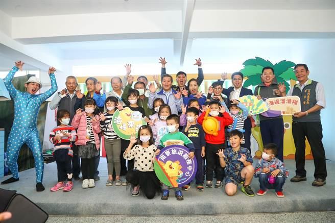 關閉整修1年的新竹市南寮旅遊服務中心28日重新啟用,市府特別舉辦「海怪來溜」開幕活動。(陳育賢攝)