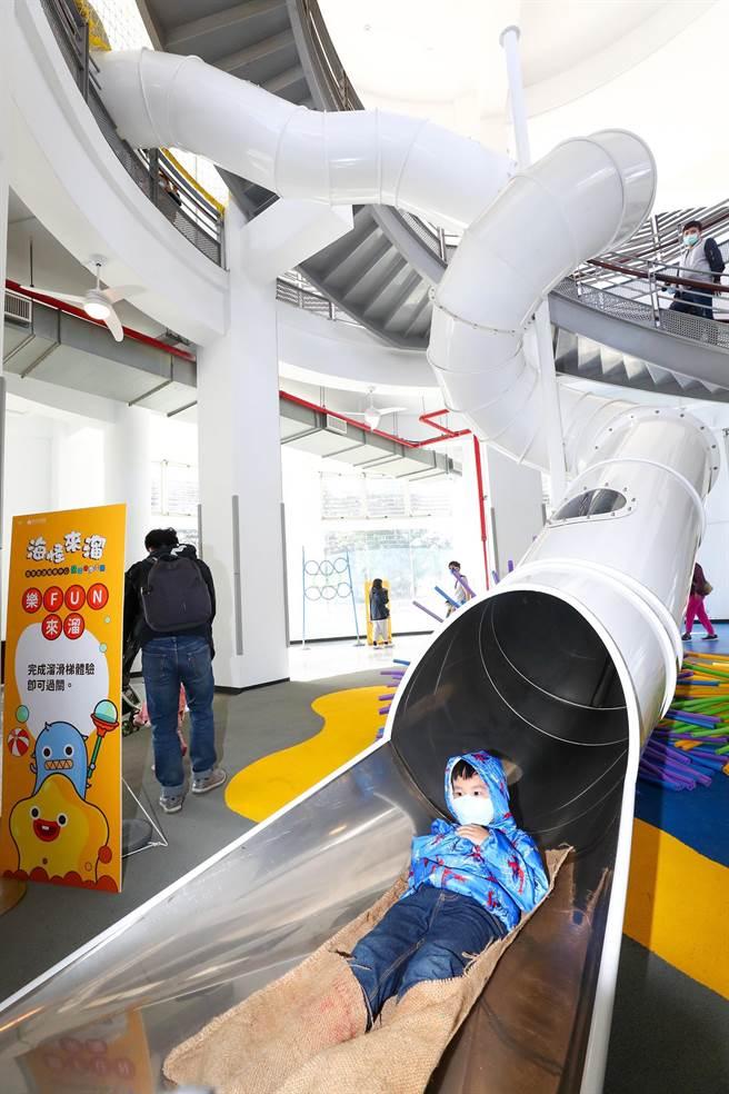 新竹市南寮旅遊服務中心28日重新啟用,最大亮點且最受孩子們喜愛的是室內13.5公尺長、2樓高的大型溜滑梯。(陳育賢攝)