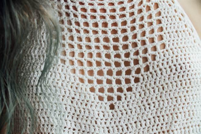 超奇特的鏤空設計毛衣,不是一般人能夠駕馭的。(示意圖/達志影像)