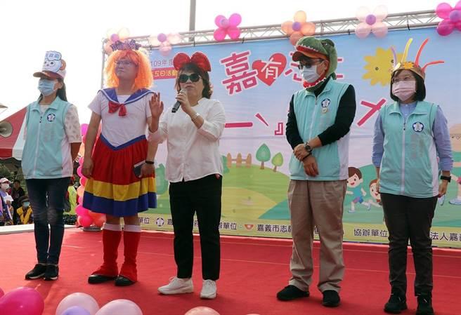 嘉義市長黃敏惠率市府官員變裝,與志工提前歡慶國際志工日。(嘉義市政府提供)