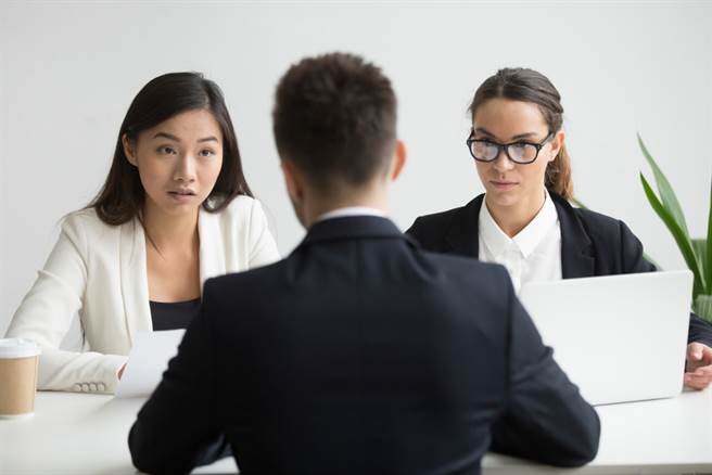 一名男子在面試時突被面試官要求使用全英文應答,讓他覺得相當不合理,因此他全程都用台語回答。(達志影像/示意圖非當事人)