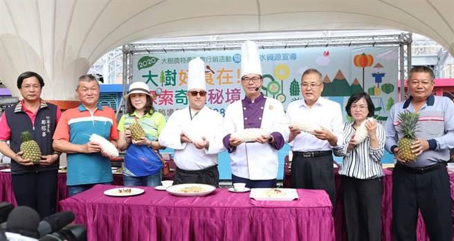 高雄市長陳其邁(右四)出席大樹農特產品創意行銷活動,戴上白色高帽化身型男主廚, 力推大樹優質農產品。(林雅惠攝)