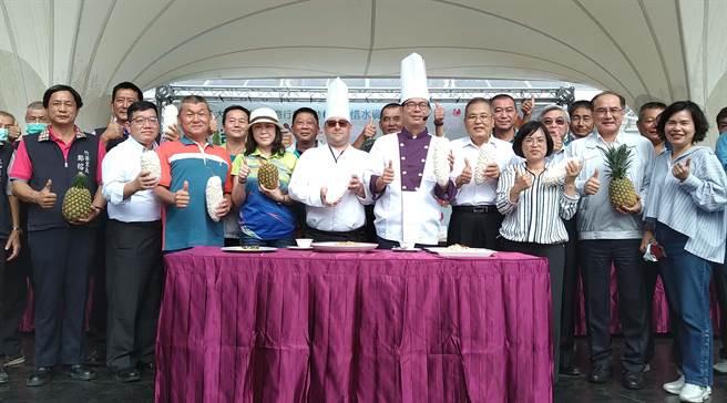 高雄市長陳其邁(前排右五)出席大樹農特產品創意行銷活動,戴上白色高帽化身型男主廚, 力推大樹優質農產品。(林雅惠攝)