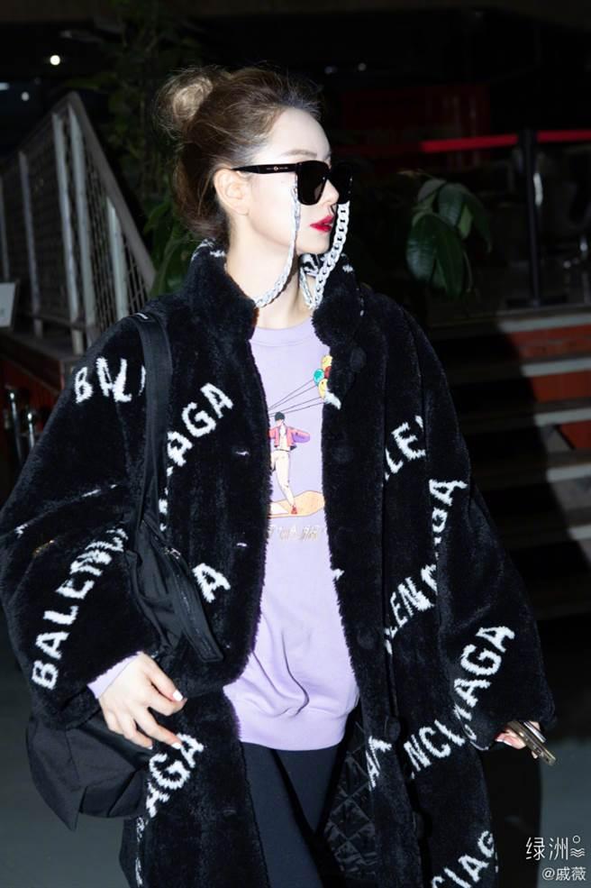 戚薇穿出秋冬應景的黑色絨毛大衣挑戰浮誇的穿搭。(圖/摘自微博@戚薇)