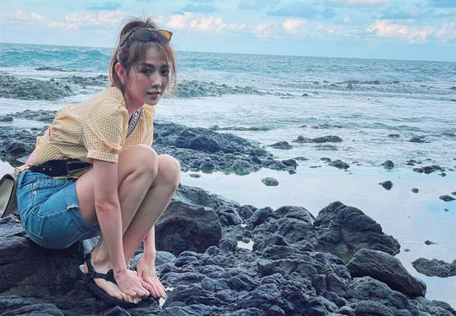 而邵雨薇也有在臉書分享在海邊的美照,及騎腳踏車的影片,大多數人一看就是「男友視角」。(圖/ 摘自邵雨薇臉書)